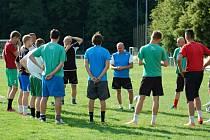 Trenér FC Rokycany Pavel Aubrecht (uprostřed) promlouvá ke svým svěřencům na prvním tréninku na novou fotbalovou divizní sezonu.