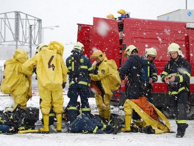 Sotva hasiči dorazili k třemošenské Sport Areně, začalo sněžit a přidal se i poměrně silný vítr. Zásah na ledové ploše tedy provázely doslova bojové podmínky