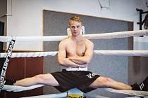 Boxer Josef Zahradník pózuje v ringu. Zítra ho čeká čtvrtý profesionální zápas kariéry na galavečeru v německém Saarbrückenu.