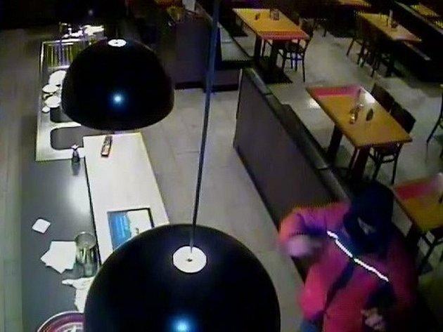 Lupiče v restauraci zachytila kamera.
