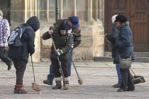 Novoroční úklid na náměstí Republiky v Plzni