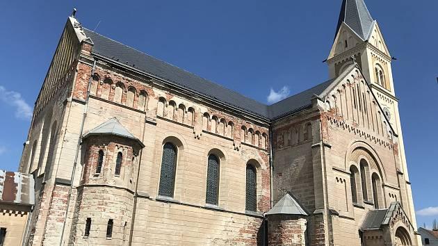 Kostel sv. Josefa je dominantou obce.