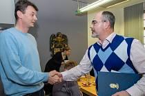 Poděkování za statečnost převzal zaměstnanec magistrátu Petr Kvarda od primátora Plzně Martina Zrzaveckého