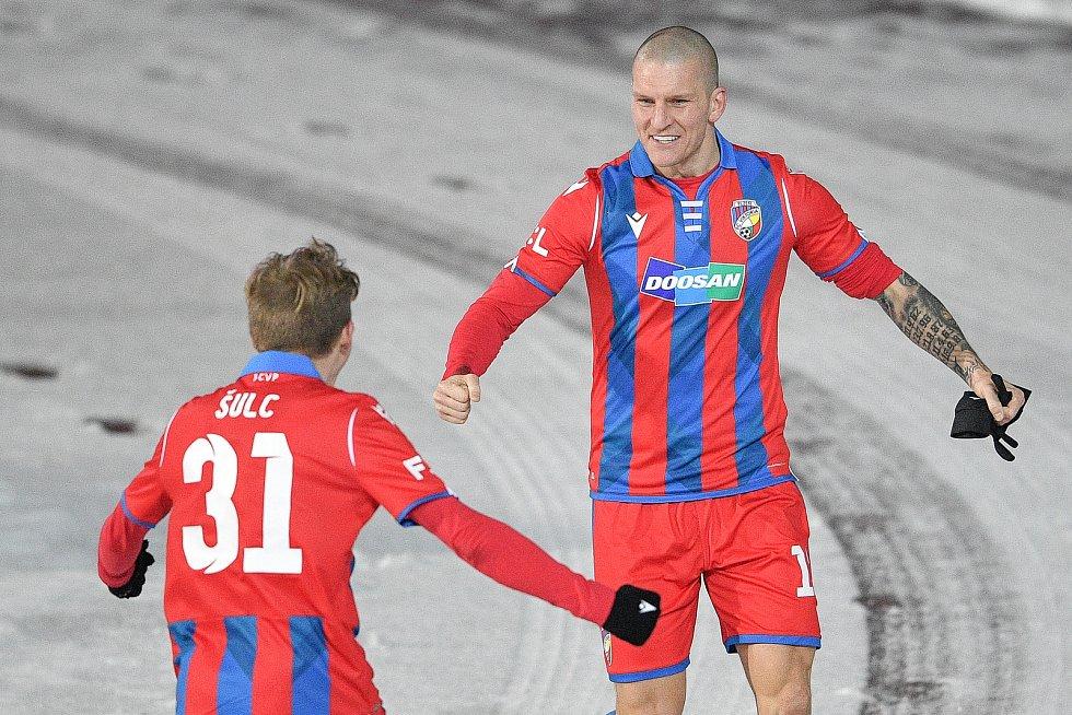 Utkání 17. kola první fotbalové ligy: FC Baník Ostrava – FC Victoria Plzeň, 31. ledna 2021 v Ostravě. (zleva) Pavel Šulc z Plzně a Zdeněk Ondrášek z Plzně.