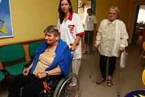 Řízení invalidního vozíku nebyl nakonec takový problém a s klienty se užila i legrace