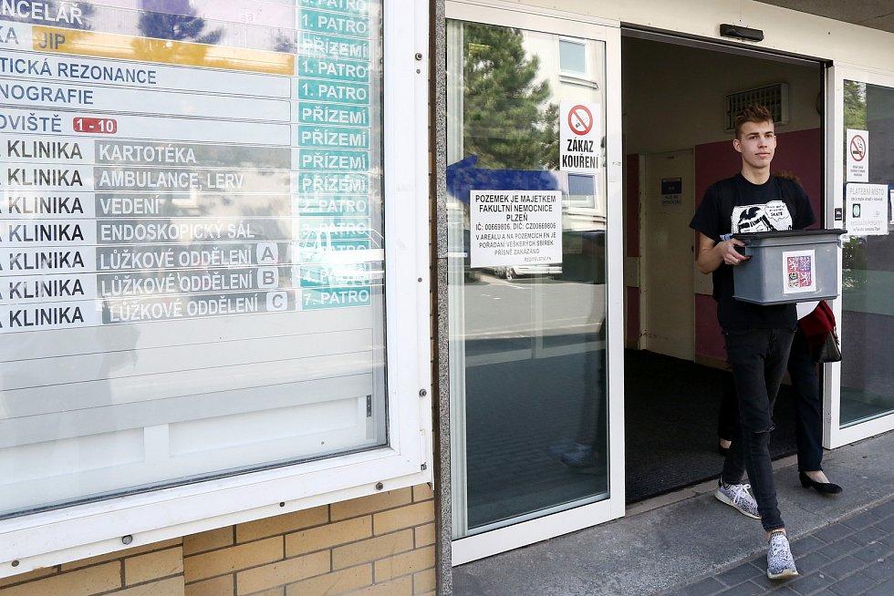 Volební komise s mobilní urnou navštívila zájemce o volby i ve Fakultní nemocnici v Plzni na Borech.