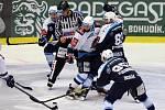 Plzeňští hokejisté porazili na domácím ledě Chomutov po nájezdech 5:4.