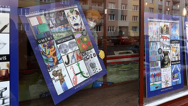 Výstava prací žáků výtvarných oborů plzeňské ZUŠ Trnka ve výlohách obchodů v Zábělské ulici. Děti tvořily v průběhu uplynulého pololetí především v rámci online výuky, doma za zavřenými dveřmi. Díky výstavě si teď jejich práce budou moci prohlédnout obyva