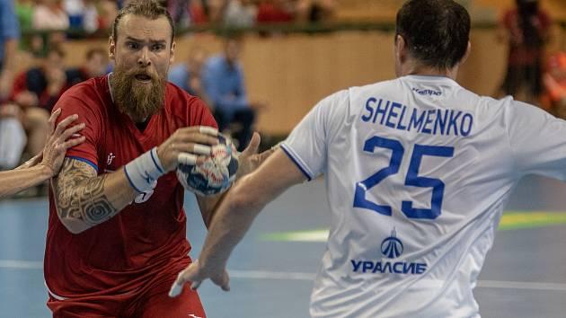 Pavel Horák (v červeném dresu) se prokousává obranou Ruska během červnového zápasu v Plzni.