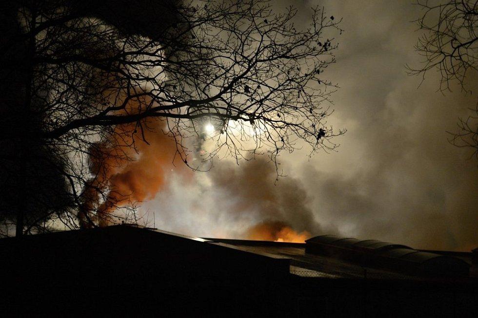 Hasiči s požárem bojovali několik hodin.