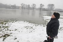 Žena se zděšením sleduje rozlitou řeku v plzeňské části Radobyčice