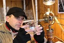 Jméno nebo datum na sklenici, půllitr či šálek dokáže Petr Bílek vyrýt na počkání.
