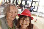 Selfie foceno  9. července 2015 v Karových Varech u vřídla. Byly jsme se sestrou navštívit 50. FF ve Varech