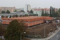 Na rohu Těšínské ulice roste zatím budova supermarketu Lidl