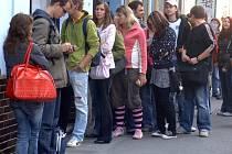 Pořídit si tramvajenku  v nových samoobslužných terminálech se včera cestujícím městskou hromadnou dopravou nepodařilo. Nezbylo jim než vystát frontu v předprodejně v Tylově ulici.