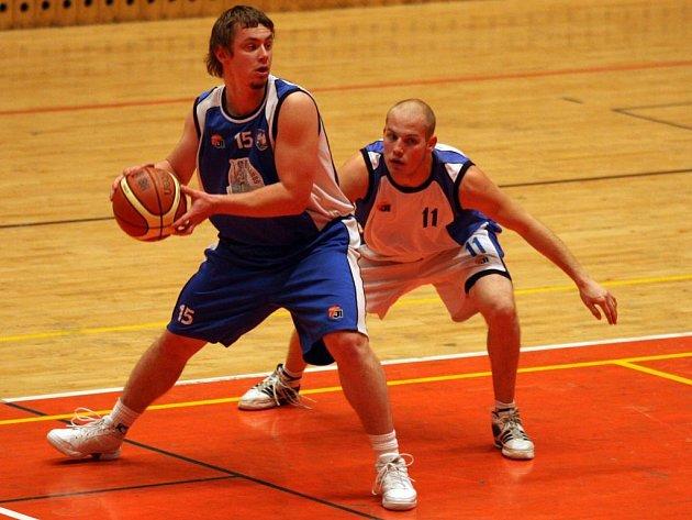 Basketbalisté Lokomotivy Plzeň (hráč v bílém dresu) zdolali Ostravu o třináct bodů