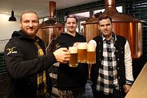 Sládková Žaneta Petružálková a majitelé Radovan Sochor mladší (vlevo) a Tomáš Sladký (vpravo) v nepomuckém pivovaru Zlatá kráva.