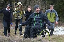 Jan Krauskopf (vpředu) se studenty na cvičné expedici v Českém lese