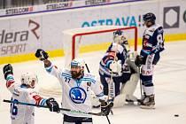 Předehrávka 9. kola hokejové extraligy: HC Vítkovice Ridera - HC Škoda Plzeň, 4. října 2020. Zleva Tomáš Mertl a Milan Gulaš z Plzně, brankář Vítkovic Miroslav Svoboda a Jan Schleiss z Vítkovic.