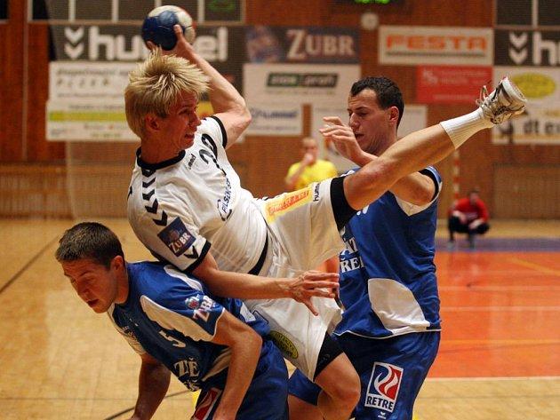Házenkáři Lokomotivy Plzeň zvítězili v domácím utkání 9. kola extraligy nad Třeboní 31:28. Dvěma brankami k výhře přispěl také Tomáš Soukup (v bílém)
