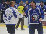 EMOTIVNÍ ROZLUČKA.   Martin Straka (na snímku vlevo) i Jaroslav Špaček odehráli před plzeňským publikem poslední zápas v kariéře.
