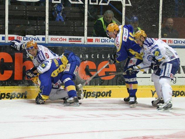 Plzenští hokejisté (bílé dresy) bojují o puk ve včerejším utkání proti Zlínu, které prohráli 3:4