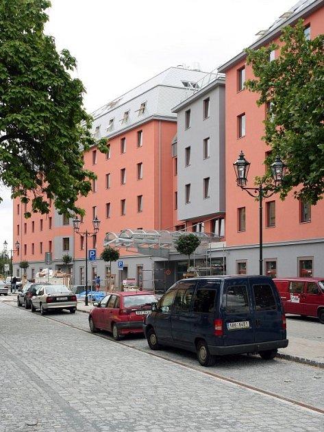 Nový hotel Diplomat dostavěla v sadech 5. května developerská společnost ECM.  Jeho podoba však vyvolala v řadách odborníků i laiků kritiku