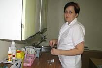 Lenka Ptáčková připravuje v ordinaci bolevecké pohotovosti injekci, jež pomůže jednomu ze štědrovečerních pacientů.