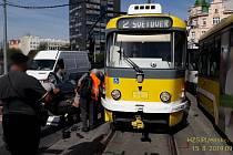 Nehoda tramvaje a osobního auta na Denisově nábřeží.
