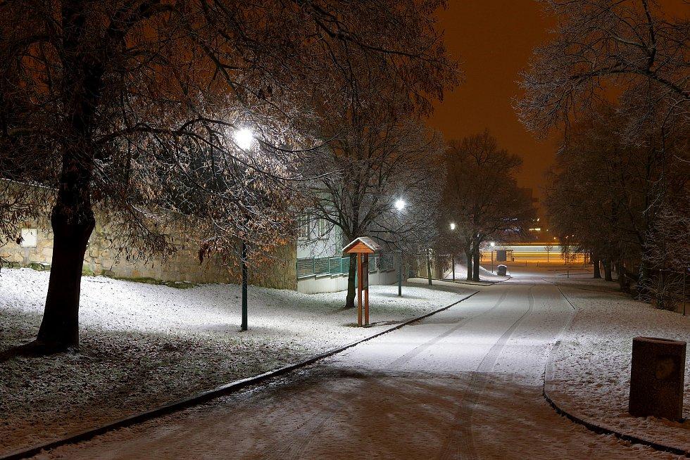 Noční sněžení v centru i okrajových částech Plzně. Na snímku stará náves Bolevec.