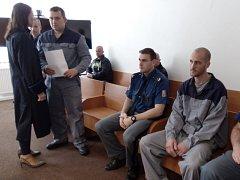 František Hák (vlevo) a Josef Netušil u Okresního soudu Plzeň-jih, kam je dopravila eskorta z vězení.