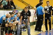 Lavička Talentu Plzeň během posledního domácího zápasu s Karvinou. V popředí trenér Michal Tonar st.