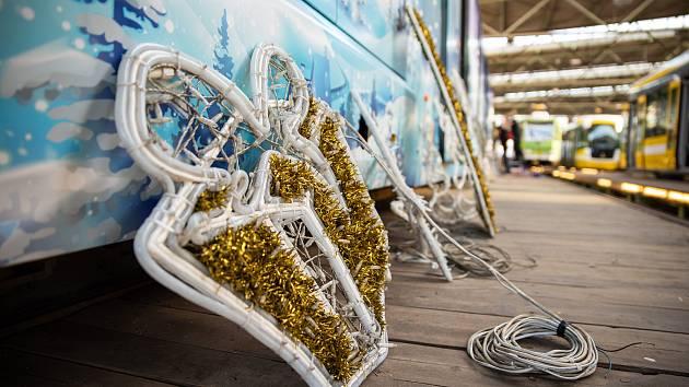 Vánoční tramvaj vyjede v Plzni v neděli, rozsvítí jí dva tisíce světýlek.