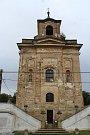Kostel sv. Barbory z roku 1697 nepřehlédne nikdo, kdo Manětína přijíždí ve směru od Plzně.