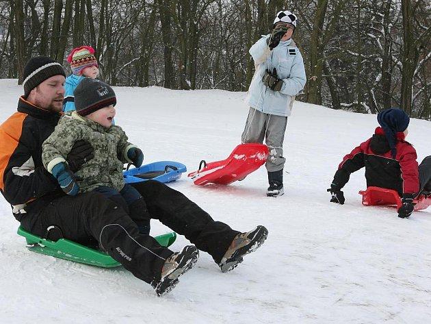 Víkendový sníh udělal radost dětem. Méně štastní z něj byli ti, kteří jej museli odklízet