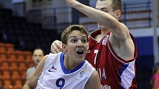 Basketbalista Jan Kozina (v bílém).