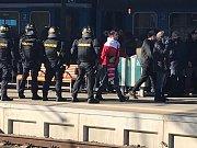 Davy fanoušků dorazily do plzeňské metropole. Na vlakovém nádraží ve 13.40 hod. vystoupili příznivci SK Slavia Praha.