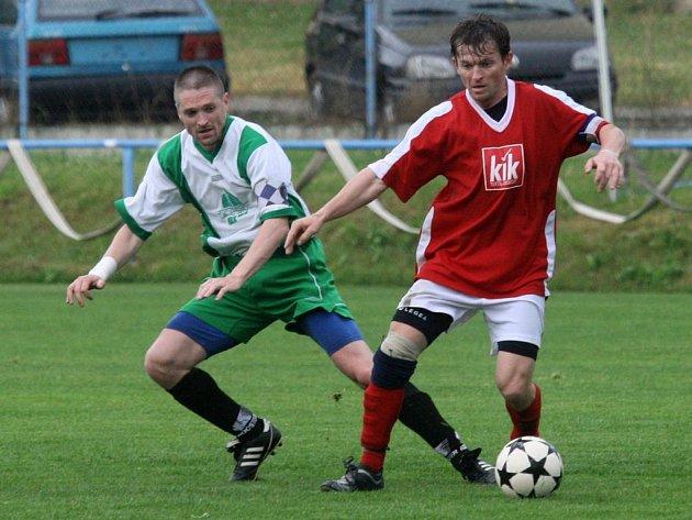 Kapitán Rapidu Plzeň Pavel Šimsa (vlevo) bojuje ve včerejším finále krajského fotbalového poháru o míč s jedním z hráčů Heřmanovy Huti. Rapid zvítězil 3:0 a obhájil loňské prvenství