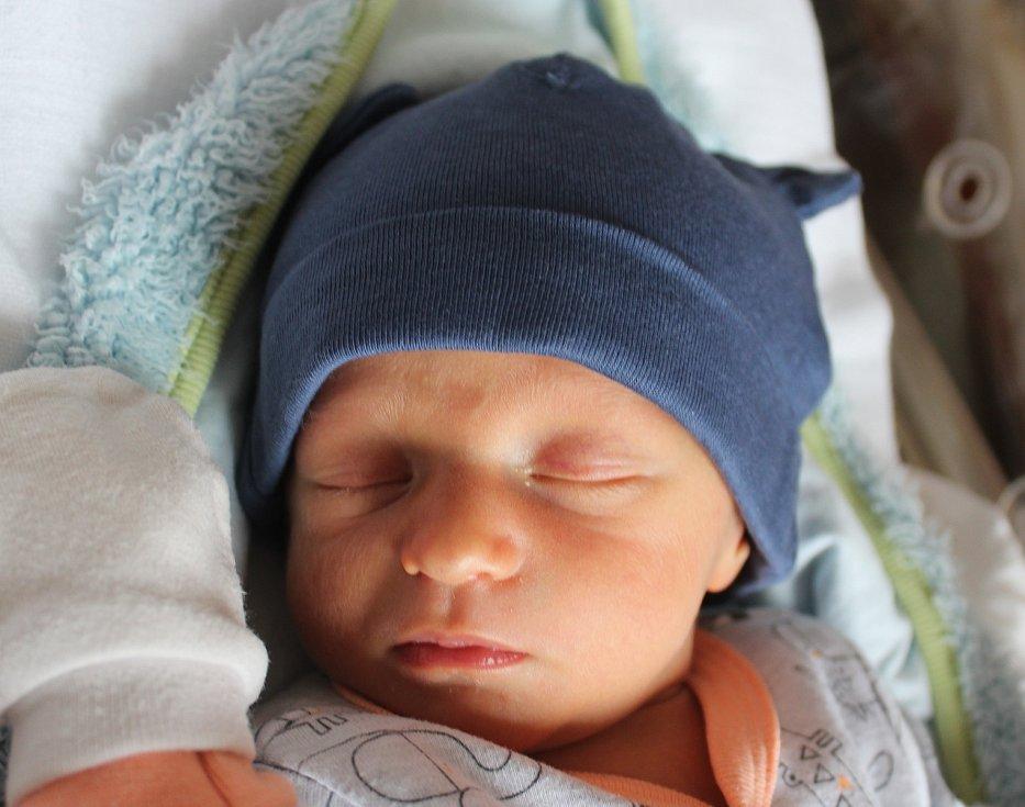 Dvojčata Matěj a Jakub Čačkovi se narodila 28. září rodičům Nadě a Jurajovi ze Tří Seker. Matěj (na snímku) se narodil v 9:14, vážil 2600 gramů a měřil 49 centimetrů. Doma sourozence přivítala sestřička Natálka.