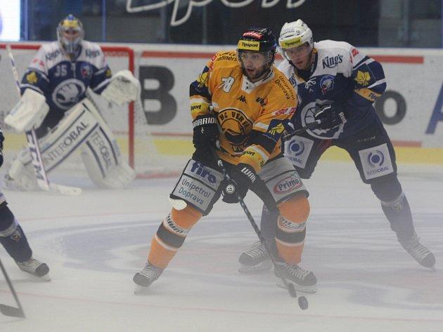 V MLZE. Hokejisté se včera v Plzni potýkali nejen se soupeři, na snímku kryje litvínovského  Robina Hanzla domácí  obránce Branislav Kubka,  ale i s oparem nad ledem.