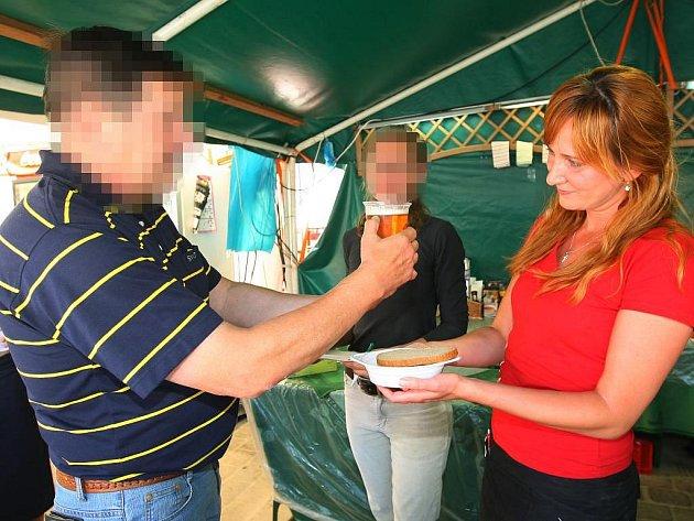 Kontroloři z České obchodní inspekce pro Plzeňský a Karlovarský kraj se v pondělí odpoledne zaměřili na stánkaře, kteří působí na plzeňském festivalu Na ulici. Zaměřili se také na dodržování míry u piva a hmotnosti u potravin
