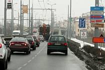 edním z míst, kde začaly po uzavírce Mikulášského náměstí vznikat kolony, je například most Milénia ve směru ke Koterovské třídě. Oproti říjnu roku 2016 tudy dnes projede o 15 % více aut. Je to poznat.