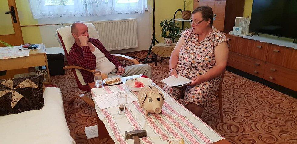 Nadšenci ze Žihle točí už třetí letní komedii. Na snímku Otto Huček a Milada Sandnerová. Foto: archiv L. Miloty