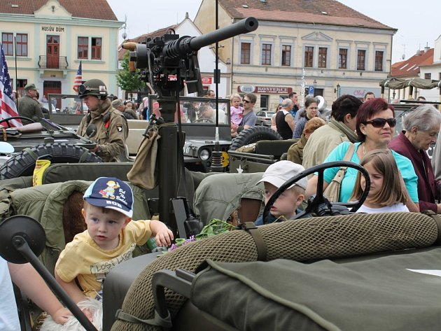 Předevšim děti se těšily na příjezd válečné techniky. Na dobřanské náměstí dorazilo přibližně šedesát vozidel