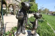 Spejbl a Hurvínek se dočkali i vlastních soch
