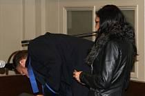 Naďa Lucová se u soudu skrývala před objektivem.