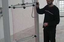 Libor Kočí ze Science centra Techmania vysvětluje princip jednoho z exponátů - rotačního hyperboloidu