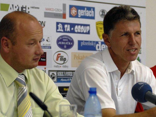 Generální manažer FC Viktoria Plzeň Adolf Šádek (vlevo) s trenérem A týmu Jaroslavem Šilhavým na tiskové konferenci.