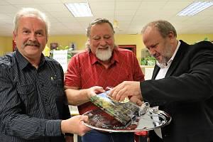 Autoři Jan Kavele (vlevo) a Libor Chvojka (uprostřed) se starostou Modravy Antonínem Šubrtem při křtu knihy.