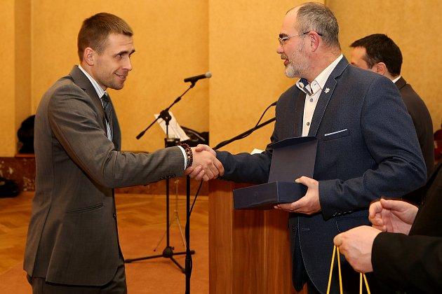 Ocenění za svou práci získal Zdeněk Urbánek (vlevo) od primátora Martina Zrzaveckého.